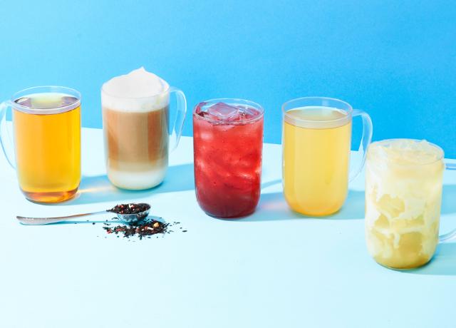 Tasse 16 oz avec thé chaud, tasse 16 oz avec latte, tasse 16 oz avec thé glacé, tasse 16 oz avec thé chaud, tasse 16 oz avec thé latte.