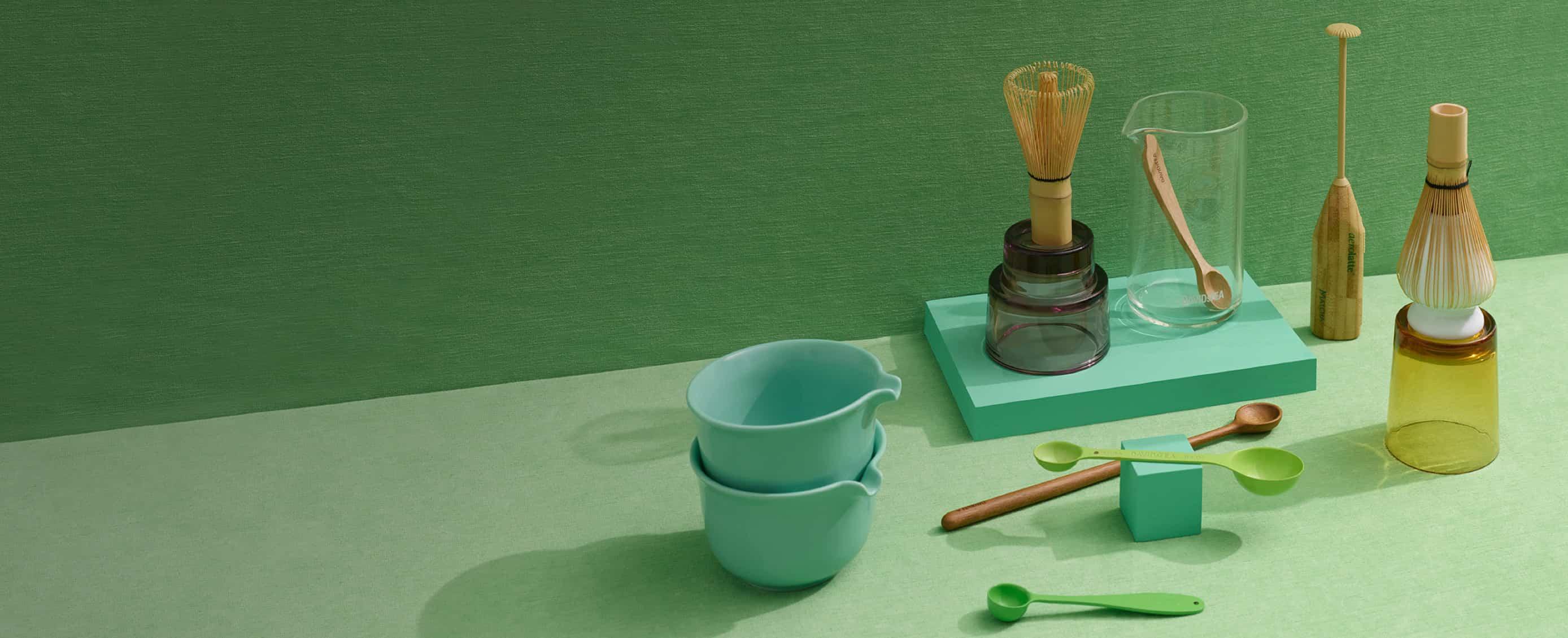 Bol à matcha avec bec vide, fouet à matcha en bambou sur support pour fouet, cuillères en bambou, bécher en verre transparent.