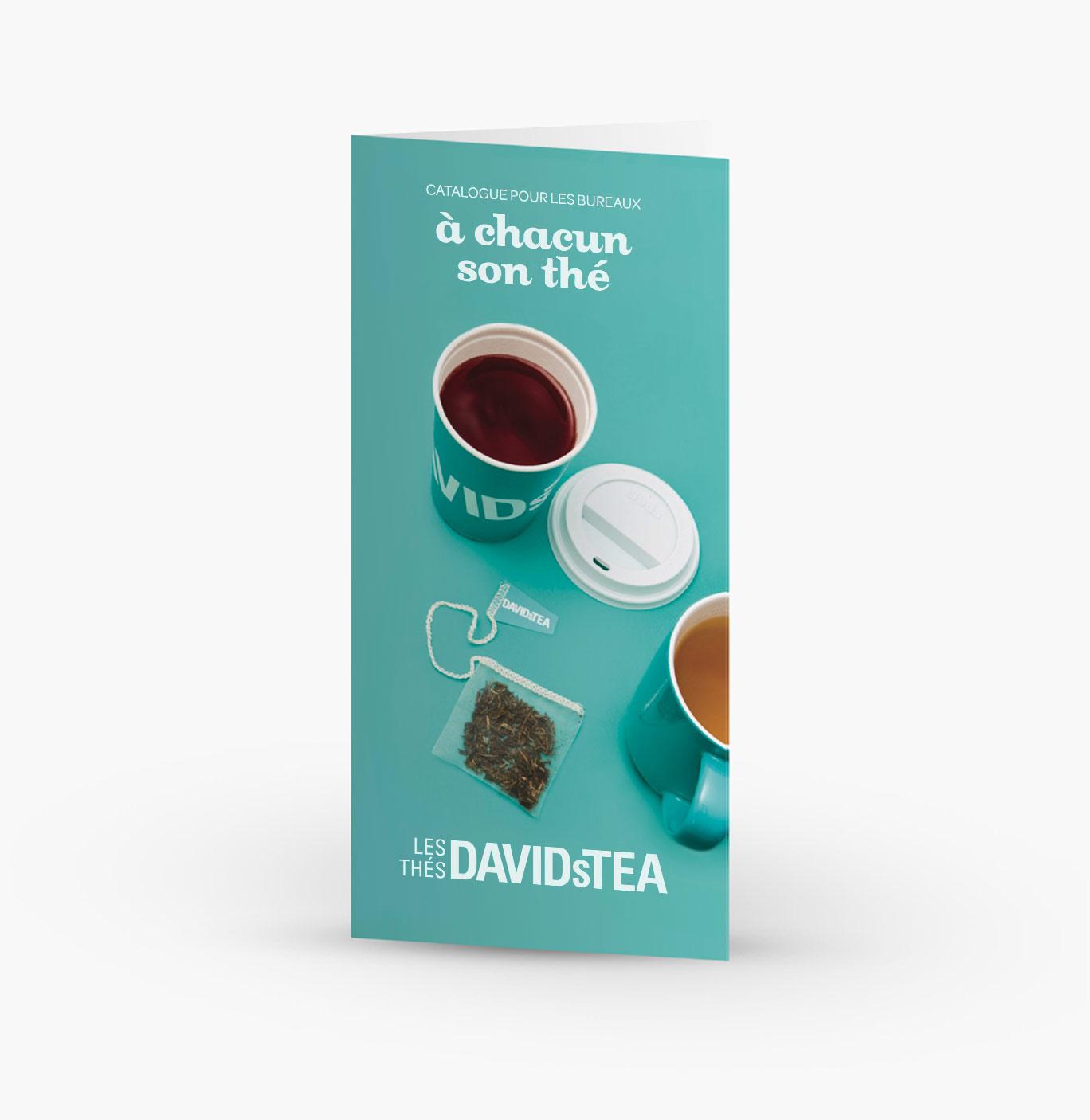 Brochure Les Thés DAVIDsTEA avec tasse pour emporter, couvercle, sachet de thé et tasse 16 oz en céramique sur la page couverture.