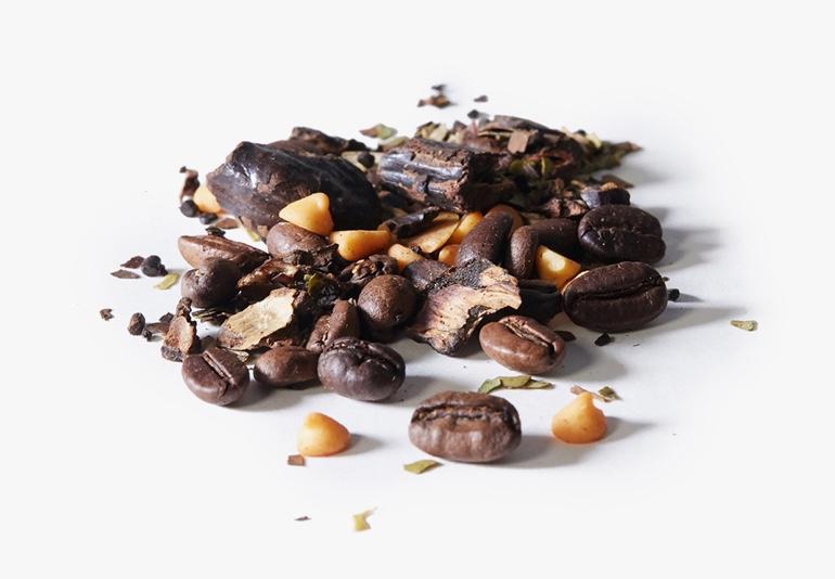 Des ingrédients du thé Singe vif, placés sur une surface blanche.