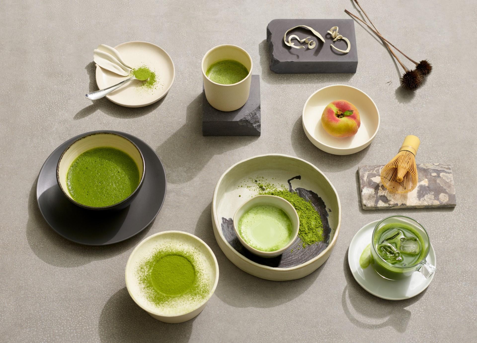 Thé vert matcha préparé de diverses façons dans des tasses, assiettes et bols en céramique.