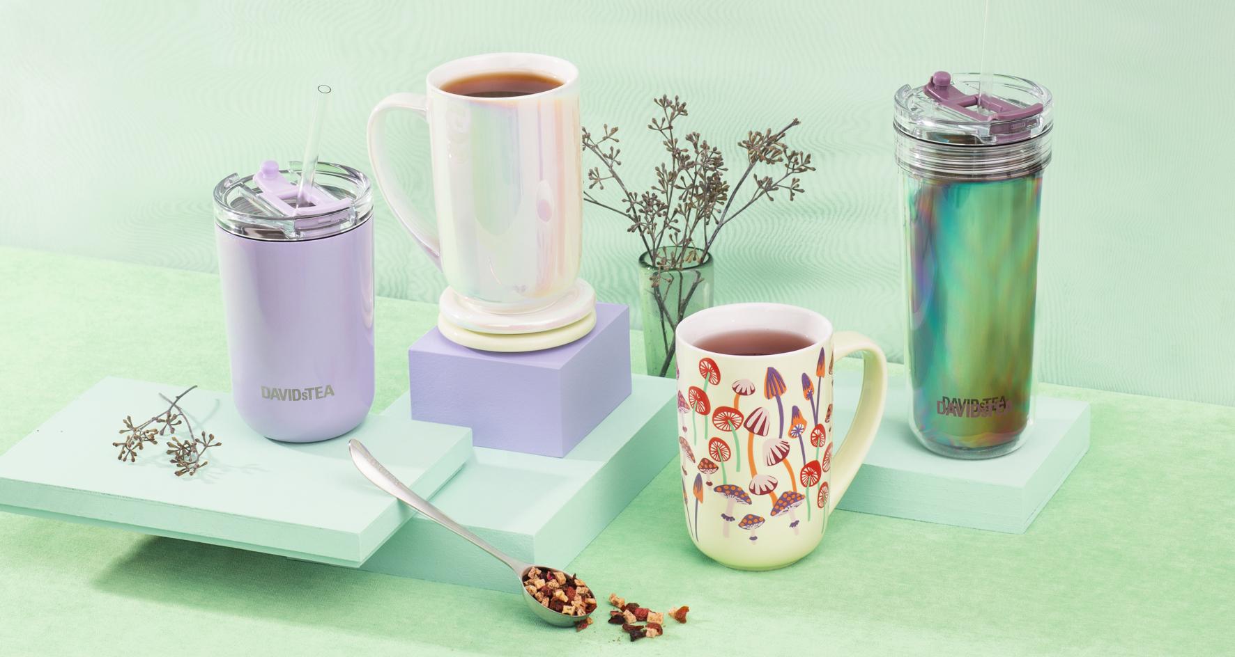 Tasse de voyage 10 oz violette avec paille, deux tasses de céramique 16 oz remplies de thé, tasse de voyage 18 oz à fini iridescent avec paille.