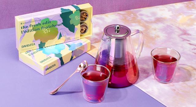 Deux tasses superposées placées à côté d'une cuillère parfaite et d'une feuille d'aloès et de fruit du dragon.