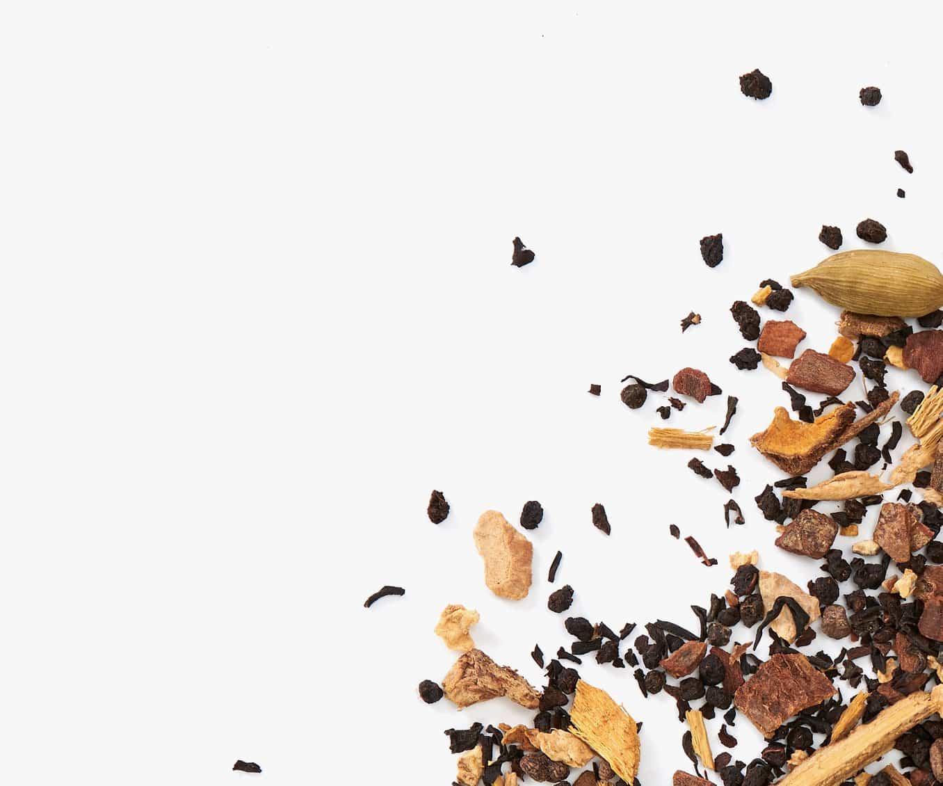 Thé chaï en feuille placé dans le coin droit sur un fond blanc.