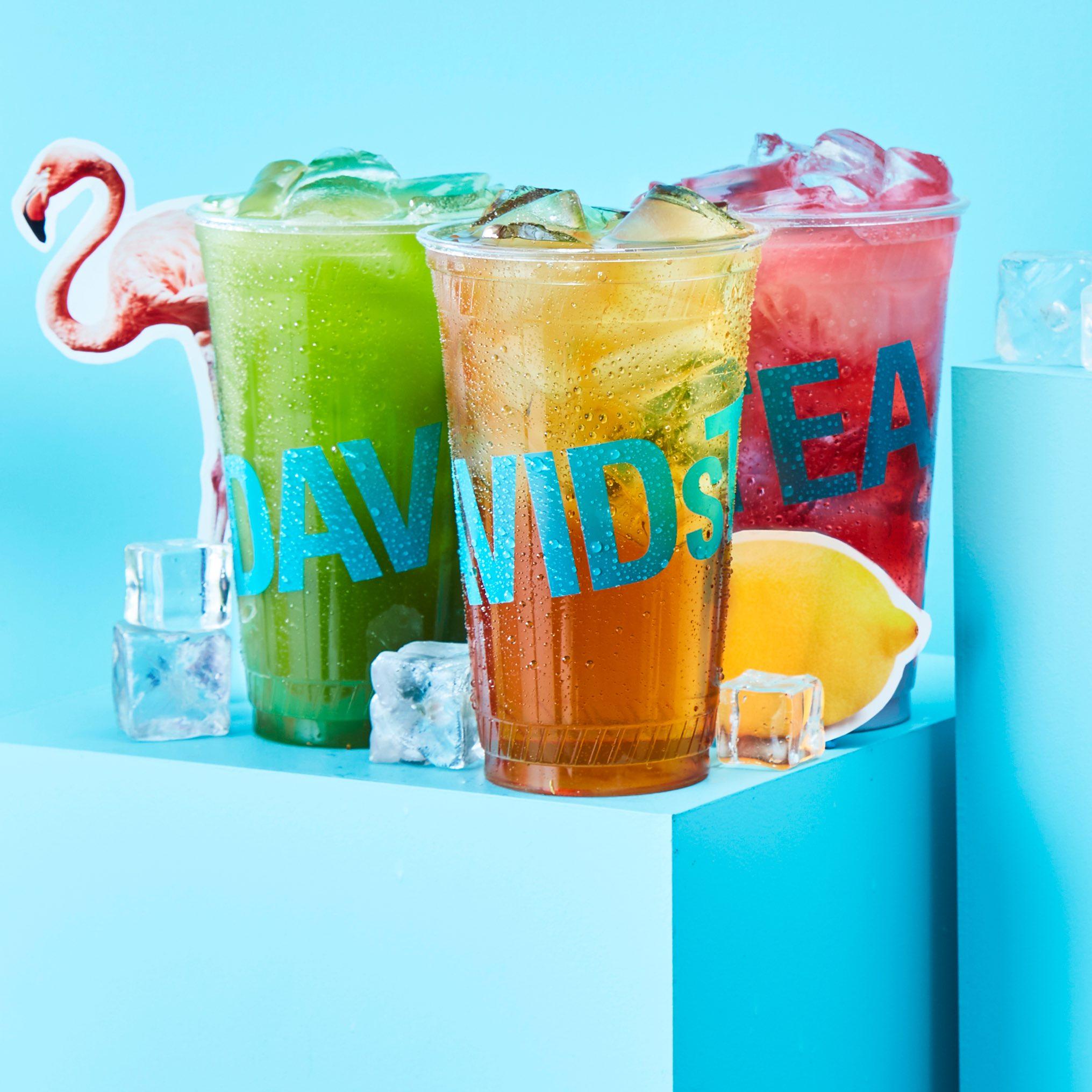 Trois thés glacés dans des tasses pour emporter transparentes : thé matcha glacé, thé noir glacé et thé glacé sans caféine.