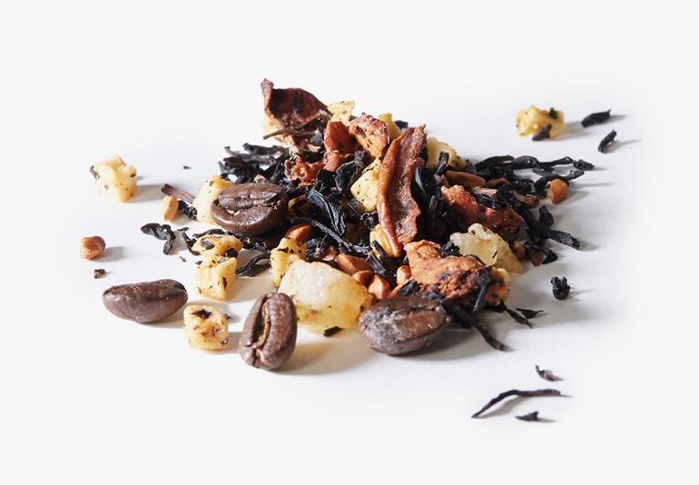 Des ingrédients du thé Cappuccino à la vanille, placés sur une surface blanche.