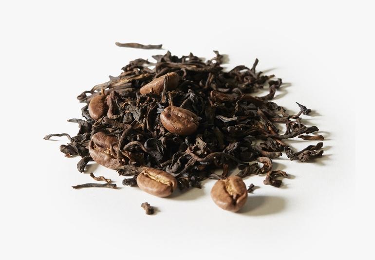 Des ingrédients du thé Pu'erh au café, placés sur une surface blanche.