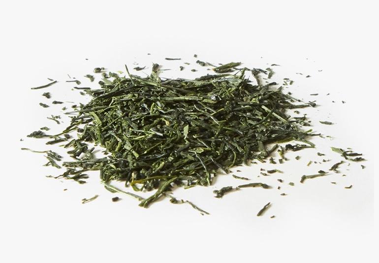 Des ingrédients du thé Mélange Gyokuro Yamashiro biologique, placés sur une surface blanche.