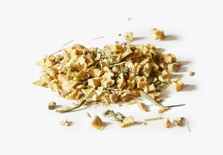 Des ingrédients du thé Le buzzant, placés sur une surface blanche.