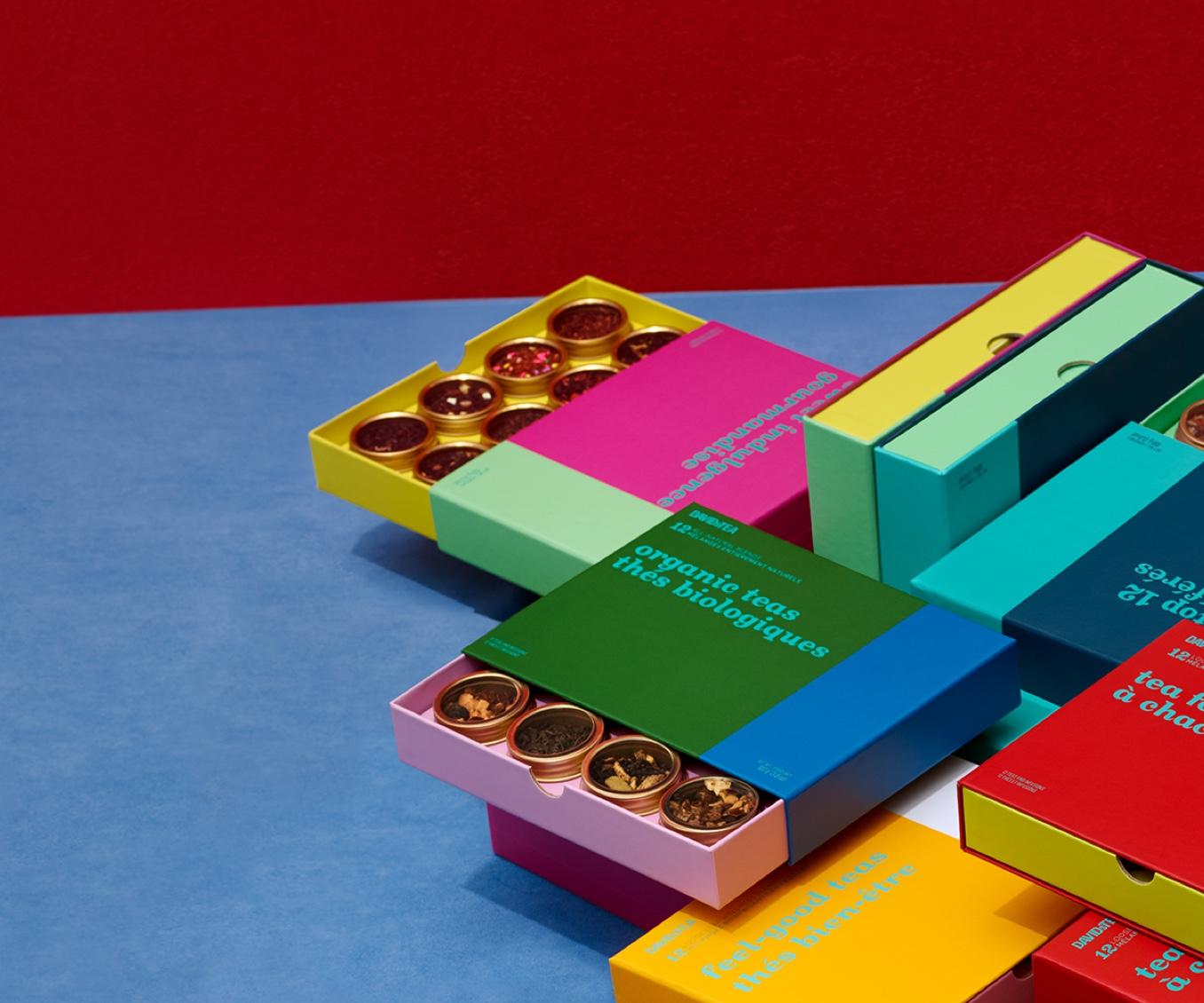 Diverses boîtes de 12 thés placées à l'horizontale et à la verticale.