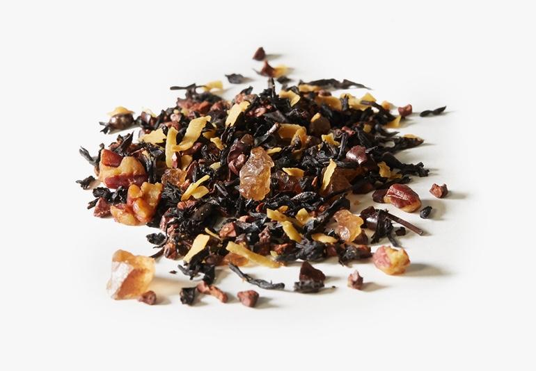 Des ingrédients du thé Coco-choco, placés sur une surface blanche.