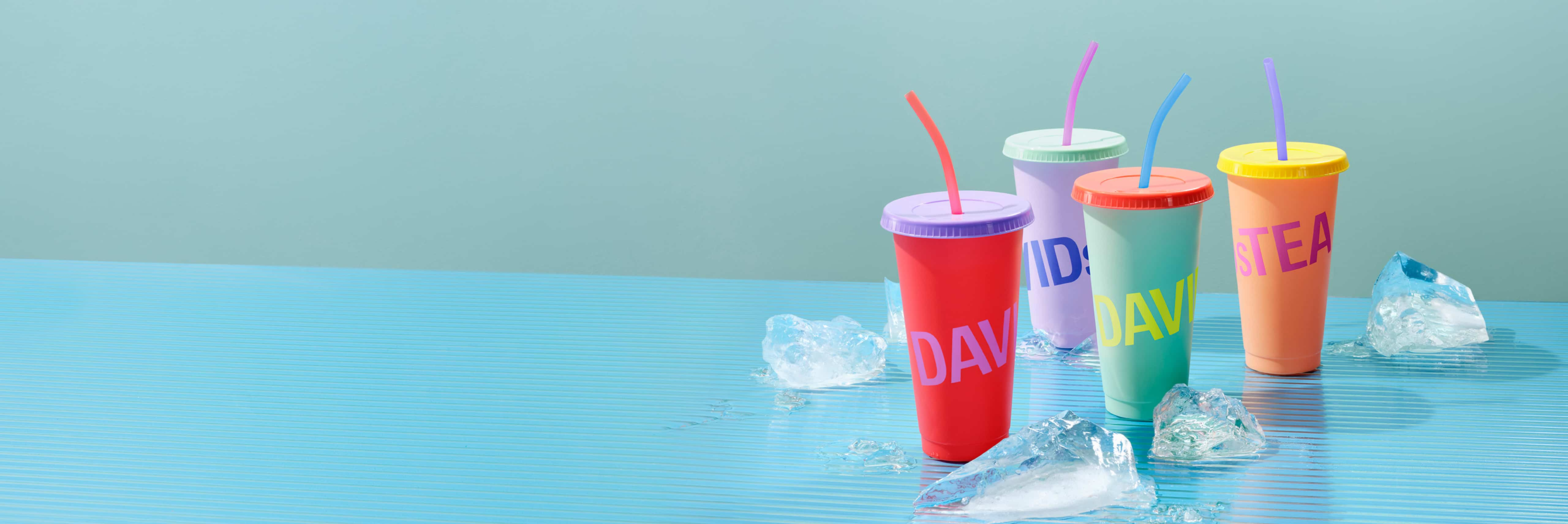 Quatre tasses changeant de couleur avec de la glace placée à côté.