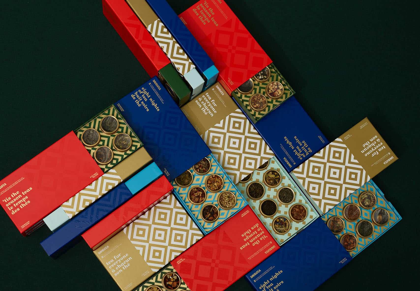 Thés en vrac préemballés groupés ensemble : Canne craquante, le secret du père Noël et d'autres boîtes colorées.