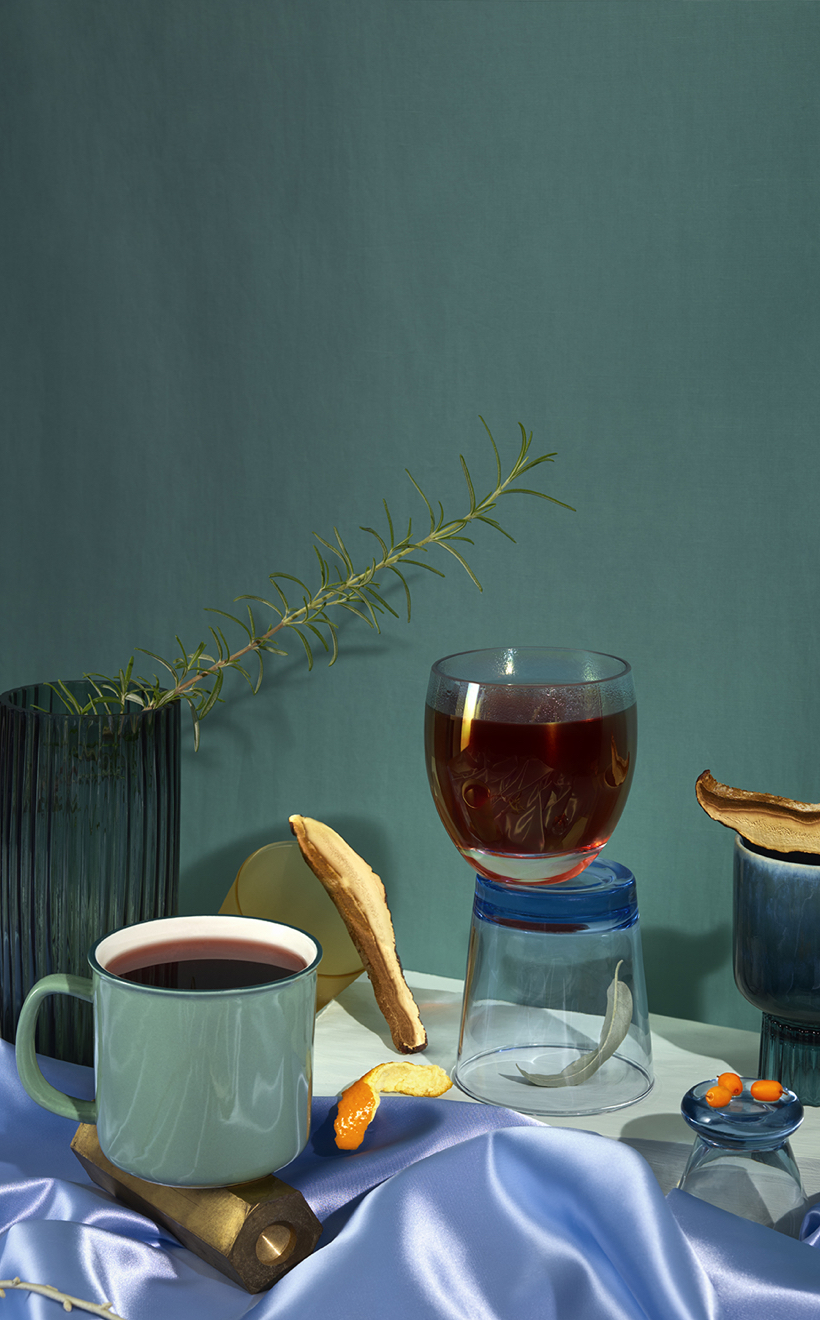 Des vases et tasses entourés d'ingrédients retrouvés dans notre collection recharge et détente.