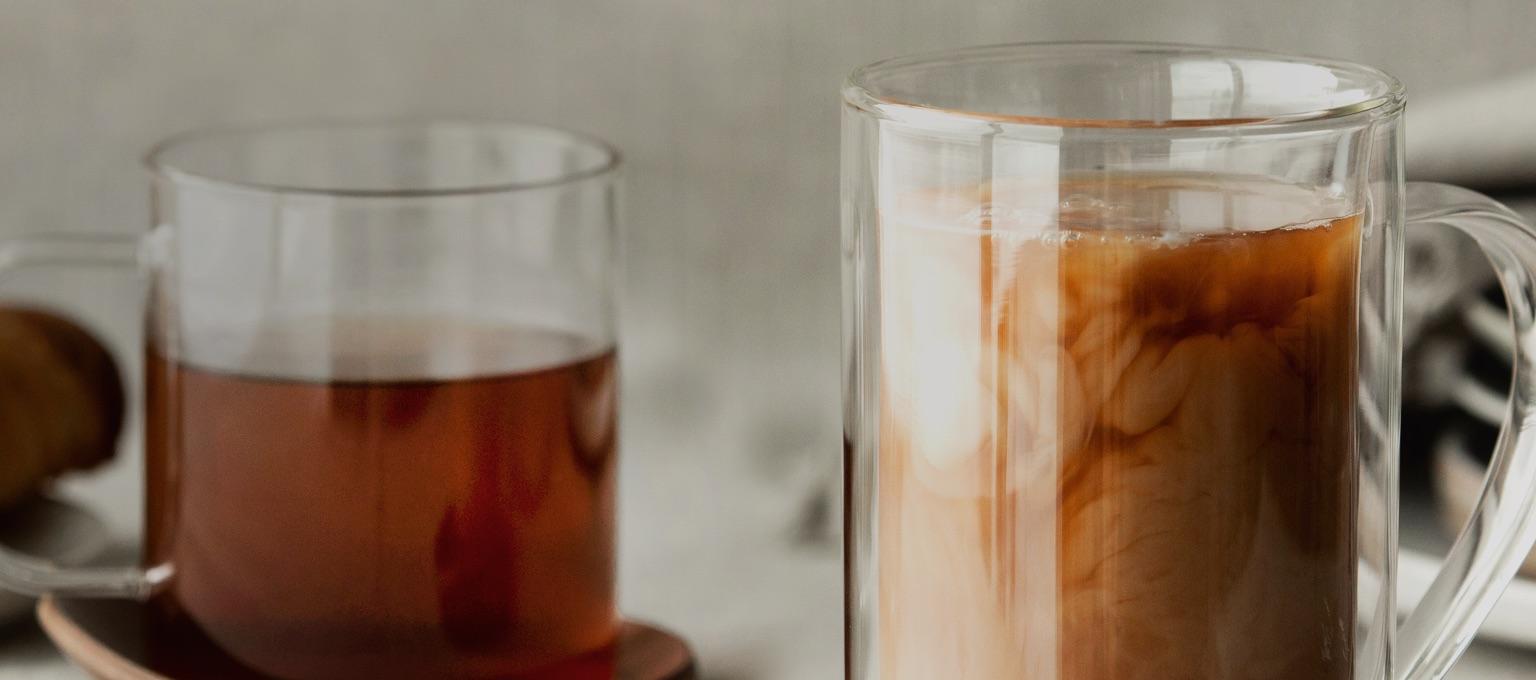 Tasses variées remplies de thés déjeuner.