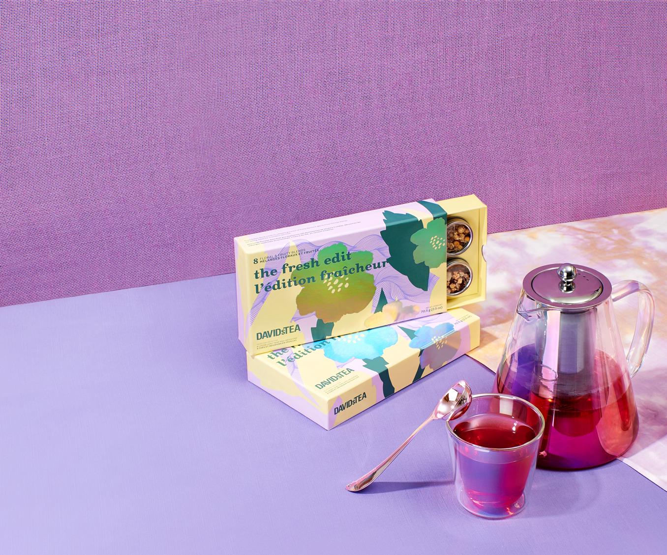 Une théière et des tasses remplies de thé à côté d'un coffret dégustation de 8 thés l'édition fraîcheur.