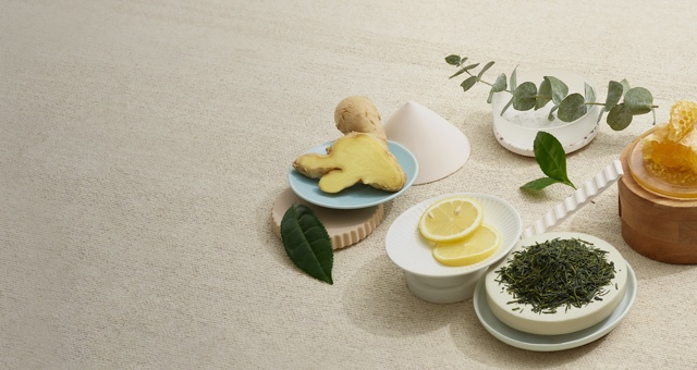 Ginger, lemon and peppermint placed on various plates.
